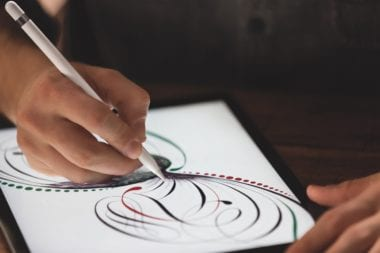 iPadPro Pencil Lifestyle2 PRINT 380x253 - Tim Cook: Apple Pencil je viac než len stylus, iPad Pro pre mnohých nahradí počítač