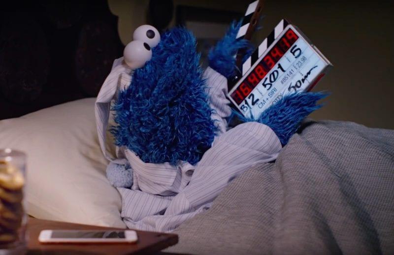 Snímka obrazovky 2016 04 07 o 22.32.57 800x518 - Pozrite si ďalšie video v hlavnej úlohe so Siri a Cookie Monster