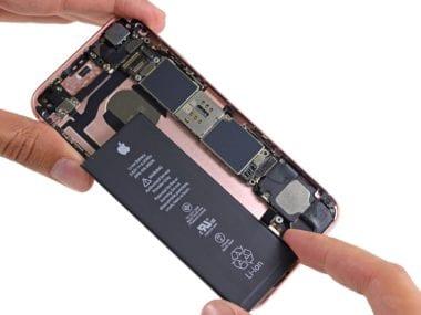 iFixit iPhone 6s teardown image 004 Battery 380x285 - Apple umožňuje kontrolu nároku na výměnu své baterie