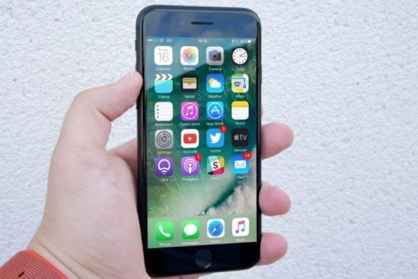 iPhone 7 600x401 - Objevil se další hack postihující iMessage