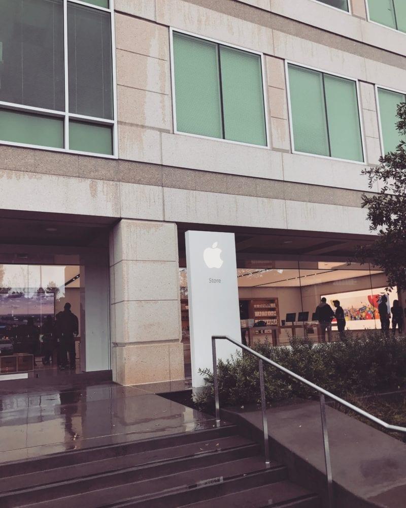Cupertino Apple Store 800x1000 - Apple Store tak, jak ho asi neznáte - se speciálními produkty