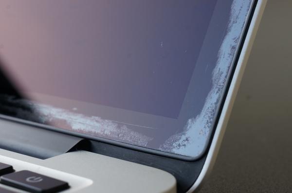 staingate macbook pro - Apple predĺžil pozáručný program s anti-reflexnou úpravou na MacBookoch