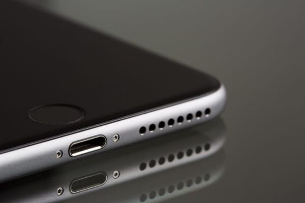 iphone 7 lightning port pexels 600x400 - Apple údajne pracuje na hybridnom USB-C/Lightning konektore pre iPhone