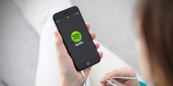 spotify app music earbuds headphones digital trends 600x300 - Zatímco Apple Music používá 20 milionů uživatelů, Spotify slaví padesátku
