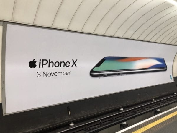 iPhone X Londýn 2 600x450 - Apple některým předobjednávkám na iPhone X vylepšuje předpokládané datum doručení