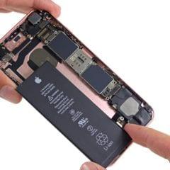 iFixit iPhone 6s teardown image 004 Battery 240x240 - Apple sa ospravedlňuje za znižovanie rýchlosti na iPhonoch so starou batériou, ponúka výmenu za 29 dolárov