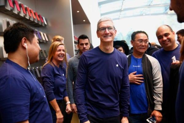 sjm l iiphonex 1104 31 600x400 - Tim Cook příští týden zavítá do Evropy na své cestě evropskými Apple Story
