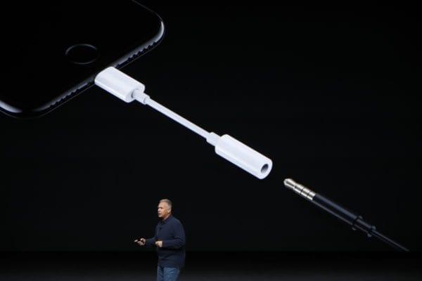 iphone 7 lightning adapter phil schiller 600x400 - Nový iPhone už nebude mať 3,5 mm audio adaptér v balení