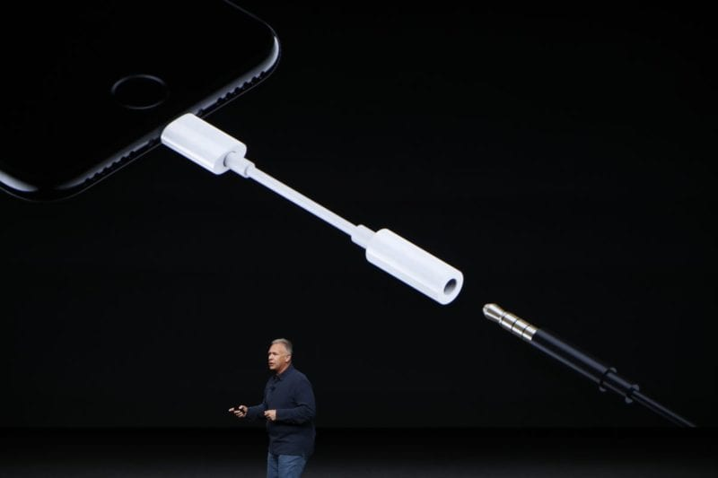 iphone 7 lightning adapter phil schiller 800x533 - Nový iPhone už nebude mať 3,5 mm audio adaptér v balení