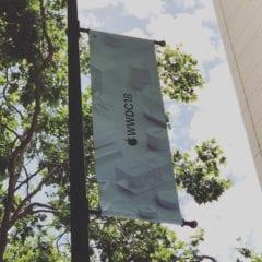 wwdc 2018 vyzdoba instagram @azoor 240x240 - Apple pred pondelkovou keynote už zdobí priestory v San Jose