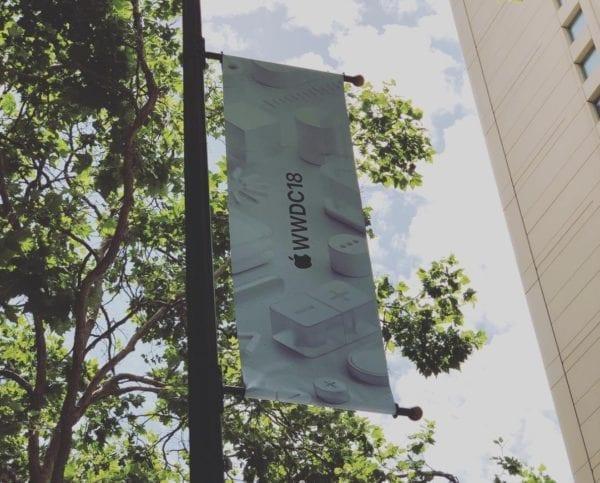 wwdc 2018 vyzdoba instagram @azoor 600x483 - Apple pred pondelkovou keynote už zdobí priestory v San Jose