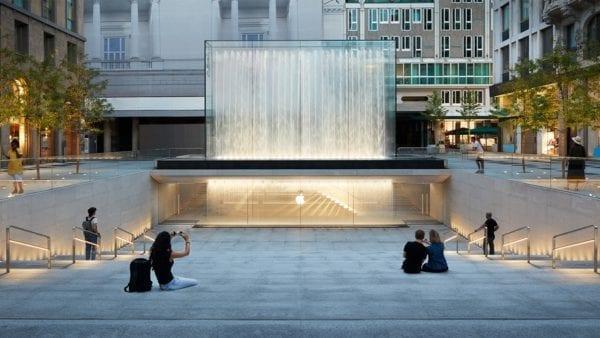 Apple Piazza Liberty piazza center steps 07242018 600x338 - Nový Apple Store v centre Milána ponúka krásne námestie so sklenenou fontánou