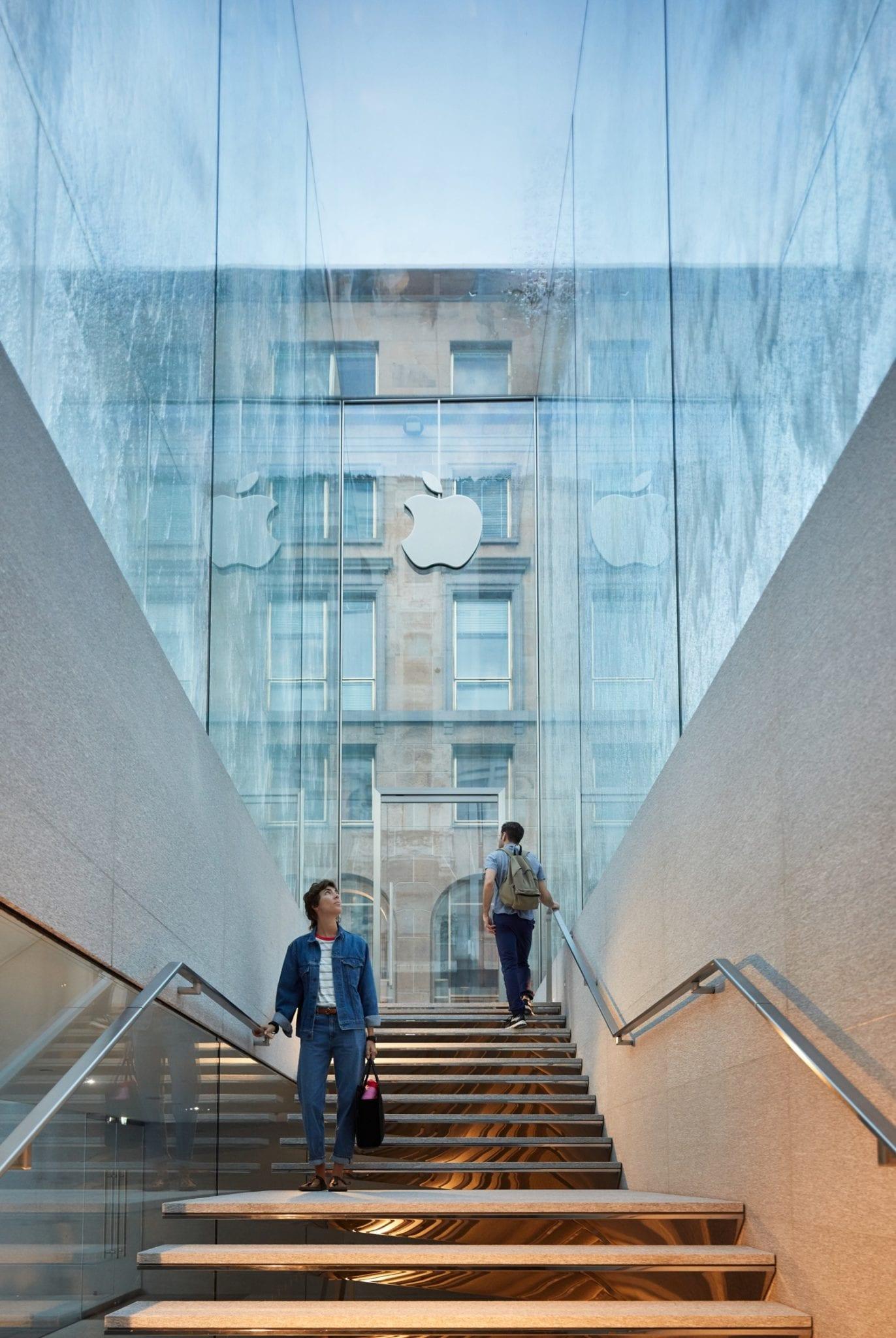 Apple Piazza Liberty staircase 07242018 - Nový Apple Store v centre Milána ponúka krásne námestie so sklenenou fontánou