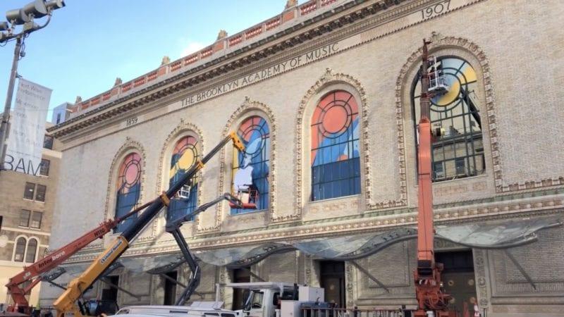 Snímka obrazovky 2018 10 27 o 18.55.44 800x450 - Apple už kvôli keynote zdobí budovu opery v Brooklyne