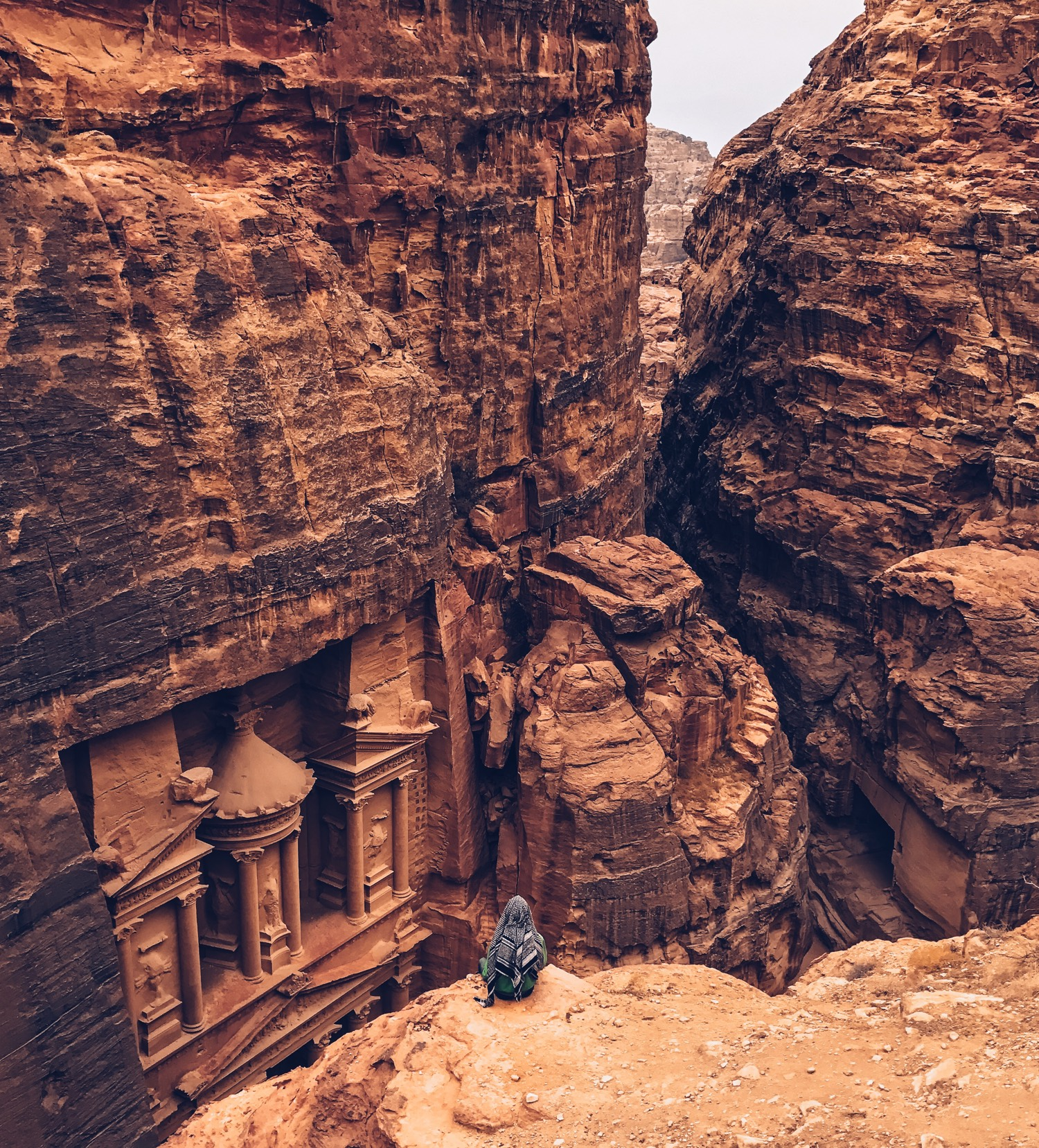 Shot on iPhone Challenge Announcement Woman in front of Petra - Apple spúšťa súťaž o najlepšie iPhone fotografie