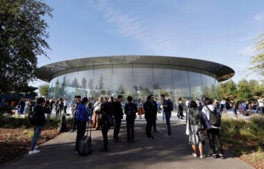 """steve jobs theater apple 380x244 - Apple rozeslal médiím pozvánky na letošní první mediální akci, """"It's Show Time"""", konat se bude 25. března/marca"""