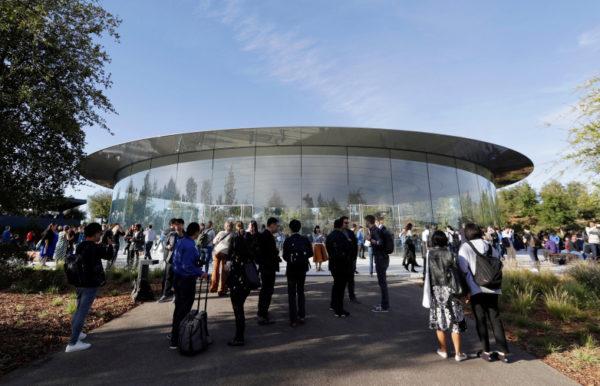 """steve jobs theater apple 600x386 - Apple rozeslal médiím pozvánky na letošní první mediální akci, """"It's Show Time"""", konat se bude 25. března/marca"""