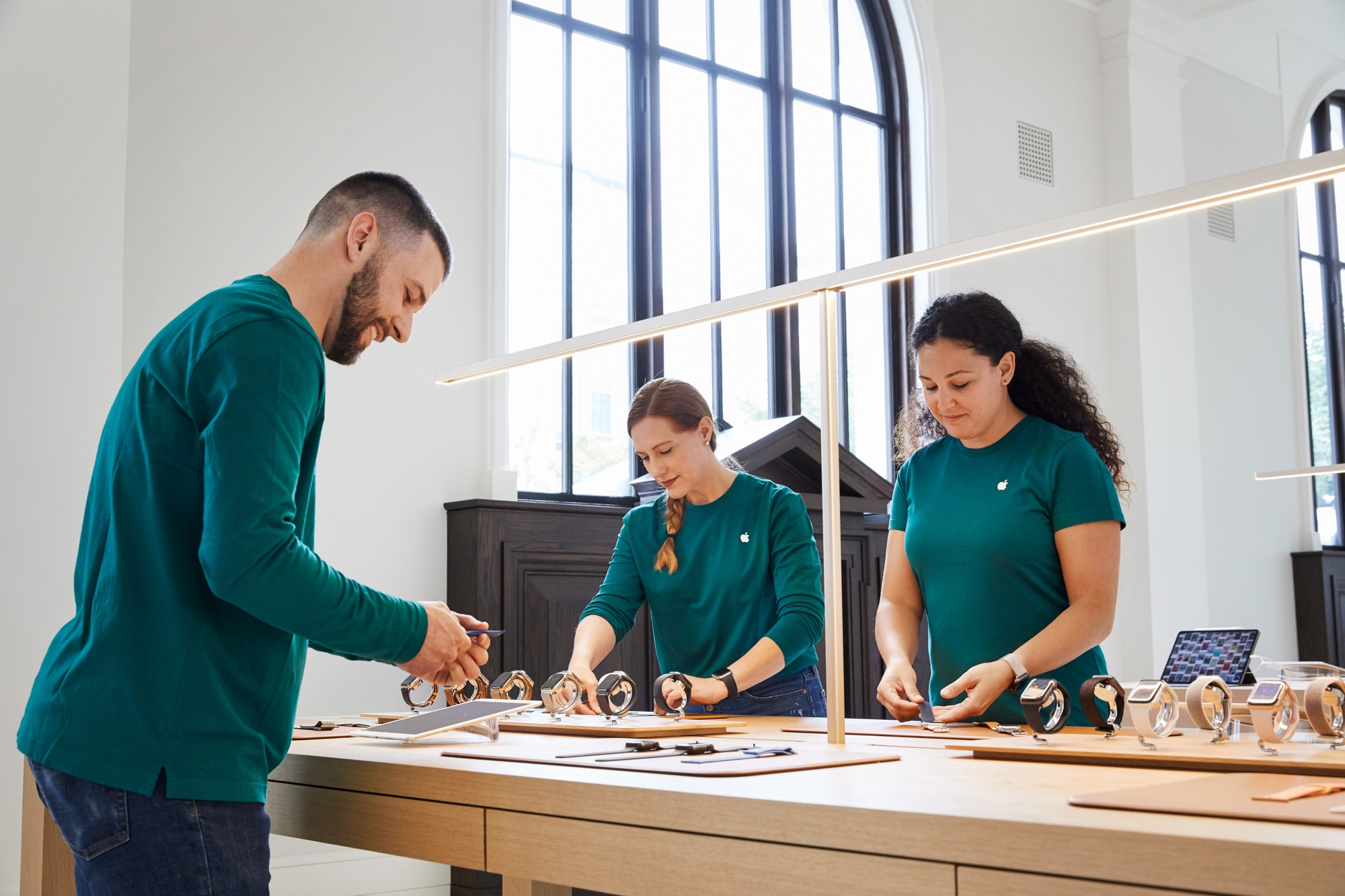 Apple Carnegie Library Team Members Fluent American Sign Language 05092019 - Galéria: Nový Apple Store vo washingtonskej Carnegie Library