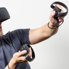 """5cb0d4ee89df3d545408b762 750 375 240x240 - """"Veľký brat ťa vidí"""": Ovládače Oculus Touch ukrývajú konšpiračné texty"""