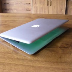 mbair 01 240x240 - Recenzia: MacBook Air, vánok či víchrica v IT?