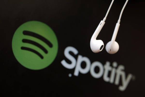 spotify earpods 600x400 - Spotify prichádza aj na Apple Watch