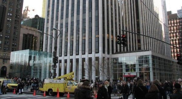 5. Avenue a FAO Schwarz 600x327 - Ikonický Apple Store na 5. Avenue se přesouvá