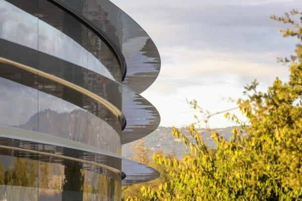 Apple Park 3 600x400 - Steny Apple Parku sú až príliš priehľadné, narážajú do nich zamestnanci