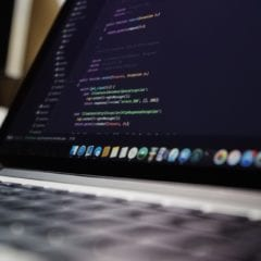pexels macbook pro code security 240x240 - Procesory od Intelu majú veľkú bezpečnostnú dieru, oprava môže znížiť ich výkon