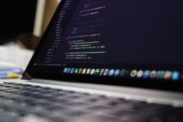 pexels macbook pro code security 600x400 - Procesory od Intelu majú veľkú bezpečnostnú dieru, oprava môže znížiť ich výkon