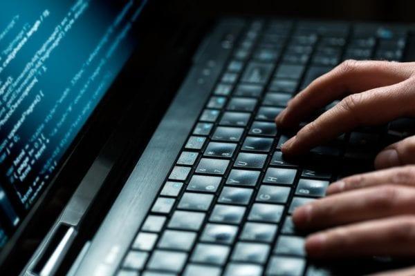 hackers 600x400 - Facebook napadli hackeri