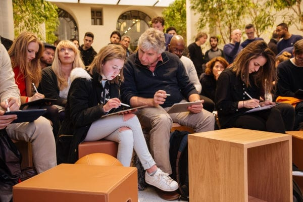 """today at apple group ipads 600x400 - Apple spúšťa """"Today at Apple"""" prednášky po celom svete"""