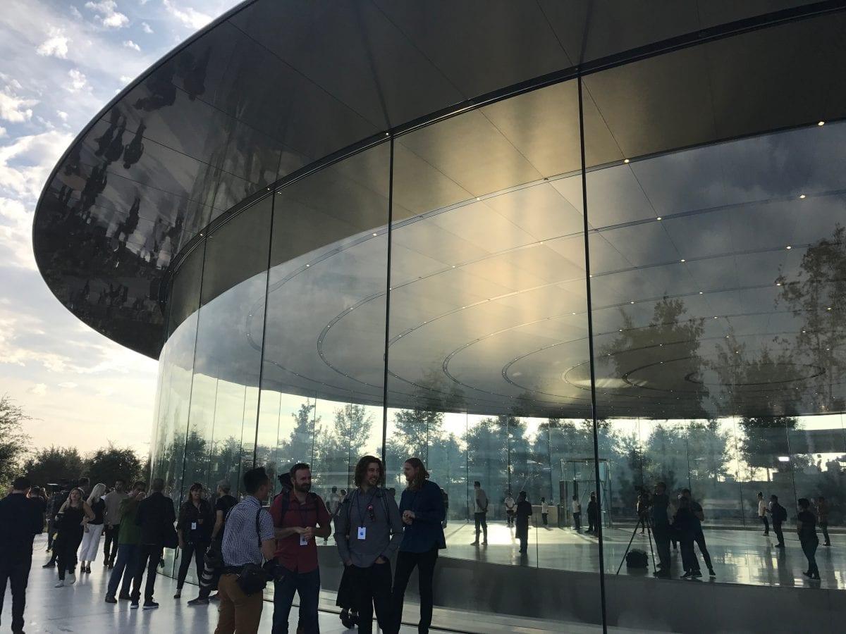 Apple Special Event 10 - Podívejte se jak to vypadá v Apple parku a Steve Jobs Theater těsně před eventem