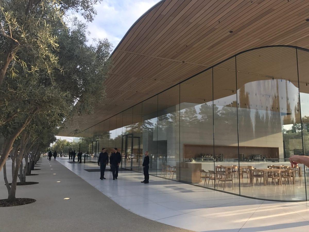 Apple Special Event 4 - Podívejte se jak to vypadá v Apple parku a Steve Jobs Theater těsně před eventem