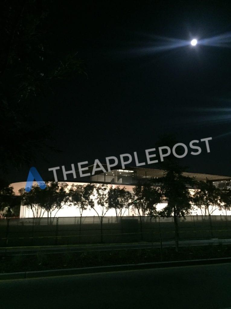 Návštěvnické centrum Apple Park 1 - Návštěvnické centrum v novém Apple Parku je podle nových fotek už skoro dokončené