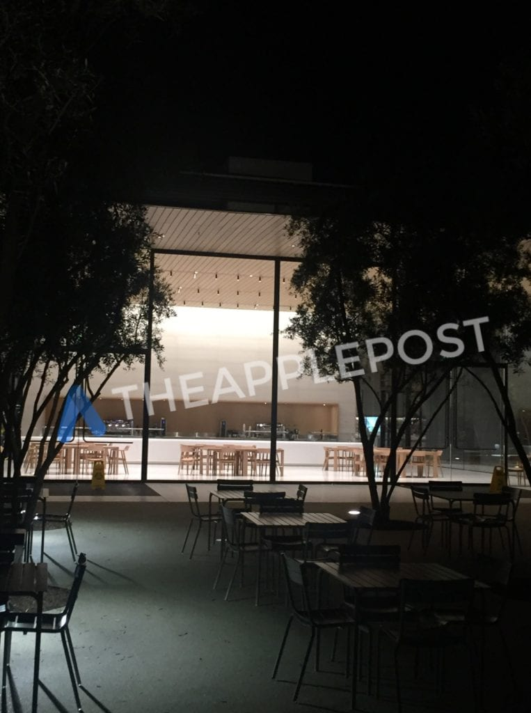 Návštěvnické centrum Apple Park 2 - Návštěvnické centrum v novém Apple Parku je podle nových fotek už skoro dokončené