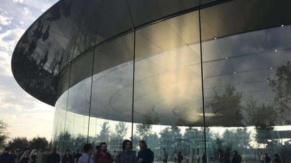 Steve Jobs Theater 2 600x338 - Podívejte se jak to vypadá v Apple parku a Steve Jobs Theater těsně před eventem