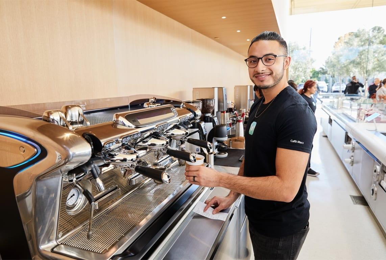 ApplePark VisitorCenter cafe employee 20171117 - Návštevnícke centrum Apple Parku je už otvorené verejnosti