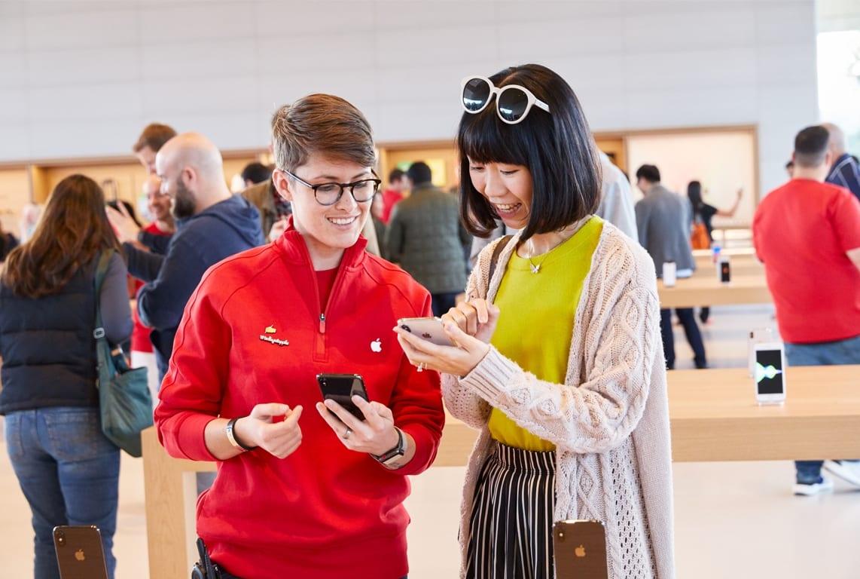 ApplePark VisitorCenter employee customer iPhone 20171117 - Návštevnícke centrum Apple Parku je už otvorené verejnosti