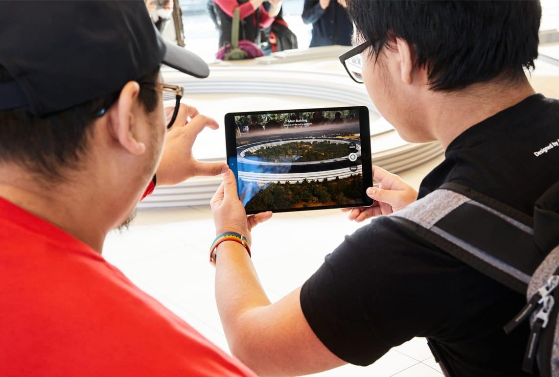 ApplePark VisitorCenter opening AR showing 20171117 - Návštevnícke centrum Apple Parku je už otvorené verejnosti