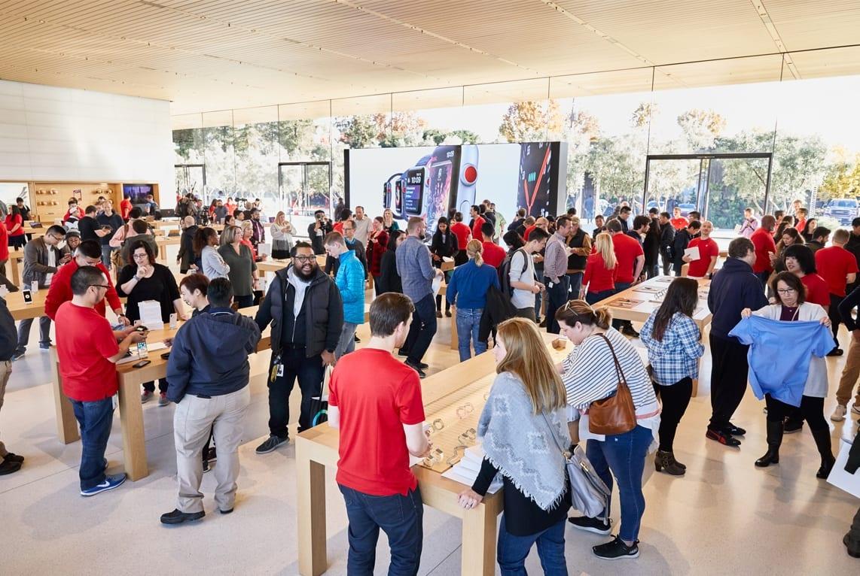 ApplePark VisitorCenter opening crowd shopping 20171117 - Návštevnícke centrum Apple Parku je už otvorené verejnosti