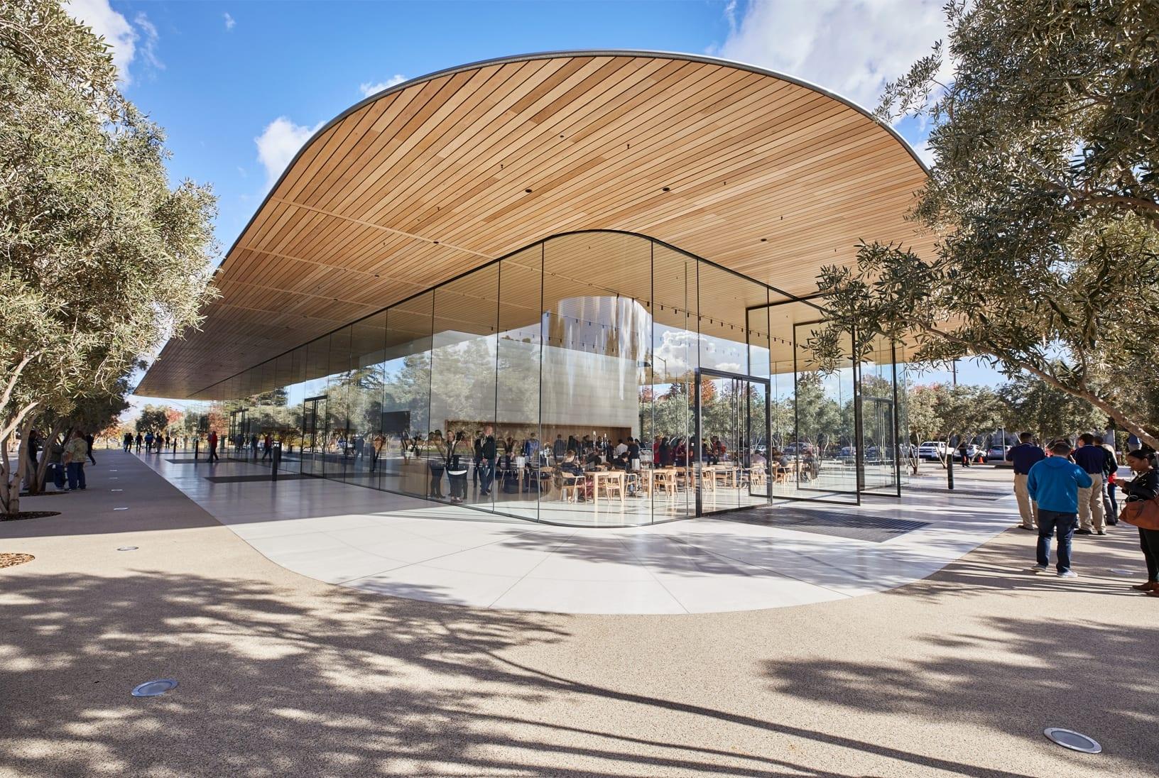 ApplePark VisitorCenter opening entrance 20171117 - Návštevnícke centrum Apple Parku je už otvorené verejnosti