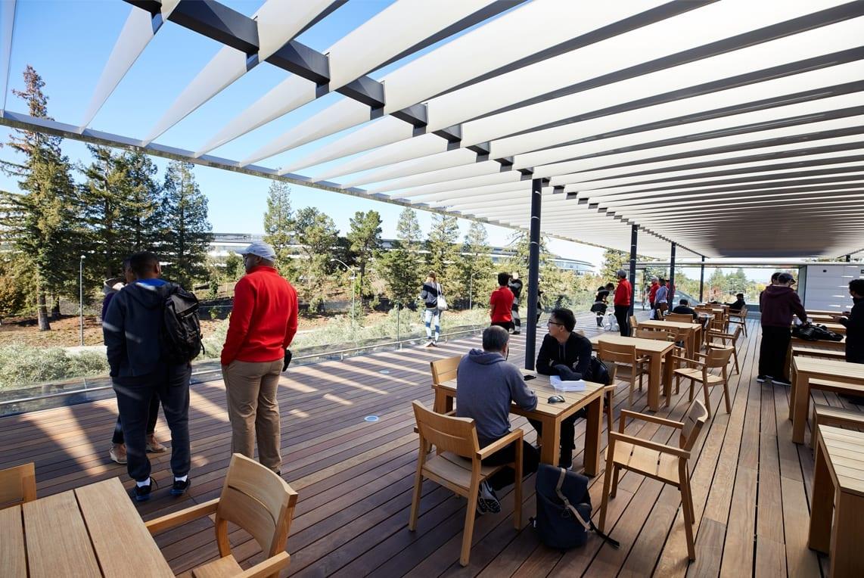 ApplePark VisitorCenter opening patio deck 20171117 - Návštevnícke centrum Apple Parku je už otvorené verejnosti