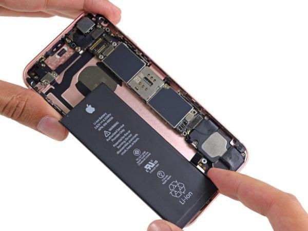 iFixit iPhone 6s teardown image 004 Battery 600x450 - Apple sa ospravedlňuje za znižovanie rýchlosti na iPhonoch so starou batériou, ponúka výmenu za 29 dolárov