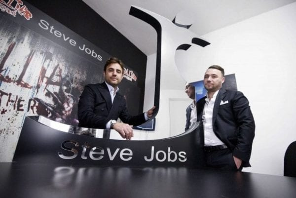 stevejobsclothing1 800x534 600x401 - Talianska módna spoločnosť vyhrala práva na značku Steve Jobs