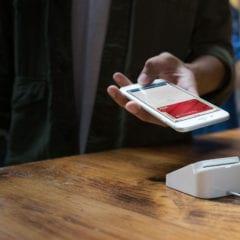 apple pay iphone payment 240x240 - Apple Pay na Slovensku ešte tento mesiac? Podľa Tatra banky nie