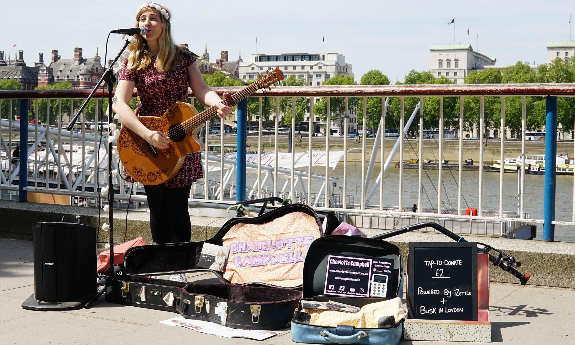 charlotte campbell busk in london - V Londýne zaplatíte pouličným hudobníkom už aj pomocou Apple Pay