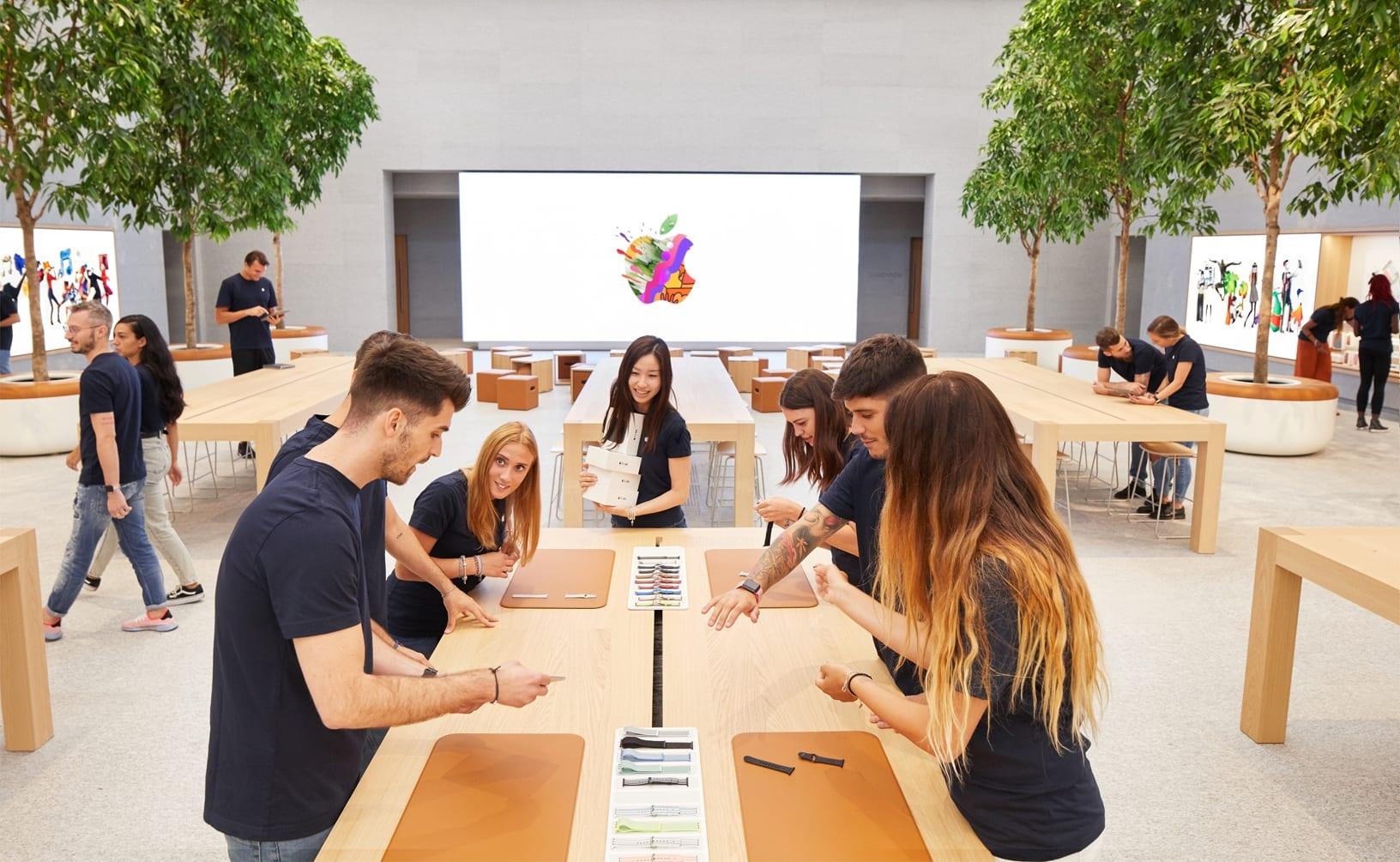 Apple Piazza Liberty employee preview 07242018 - Nový Apple Store v centre Milána ponúka krásne námestie so sklenenou fontánou