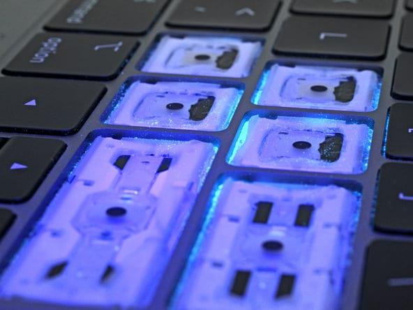 macbook pro ifixit keyboard dust - MacBook Pro má teraz tichšiu klávesnicu, rieši však problémy so zasekávaním?