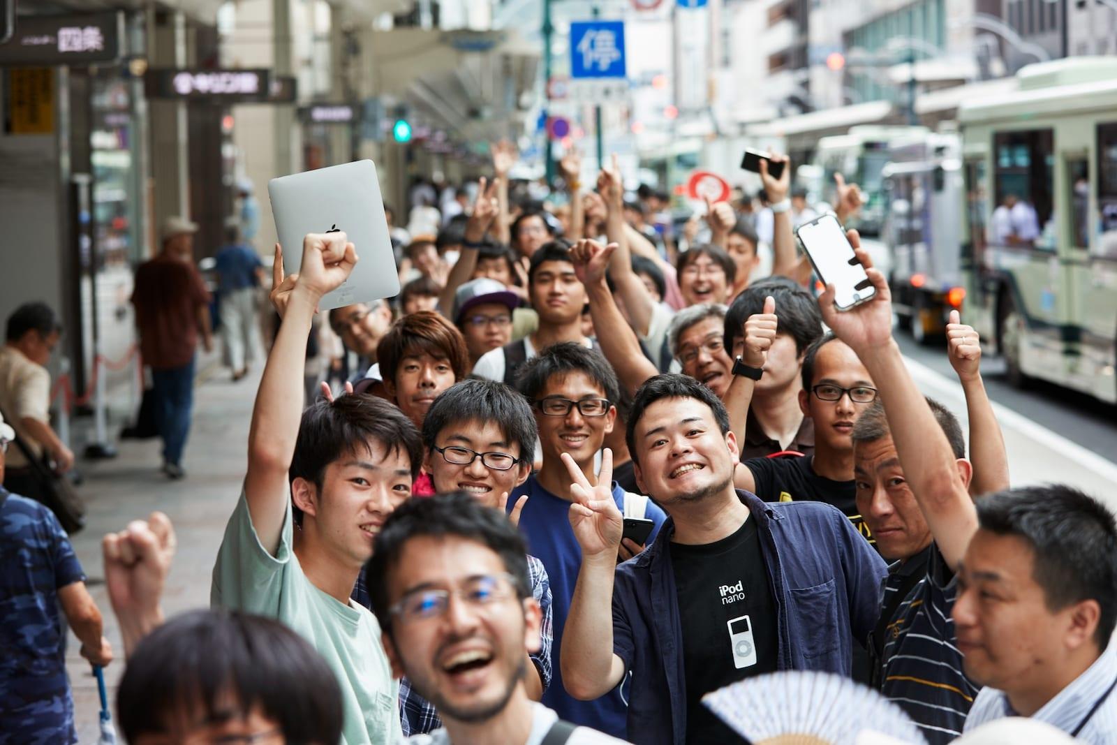 Apple Store Kyoto Shijo outside line 08252018 - Galéria: Pozrite si najnovší Apple Store v centre Kjóta