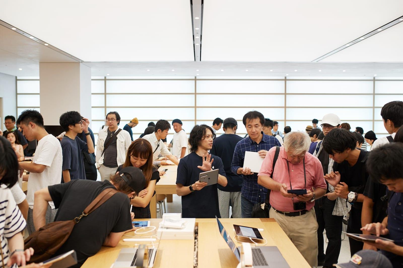Apple Store opening Kyoto Shijo Apple employee 08252018 - Galéria: Pozrite si najnovší Apple Store v centre Kjóta